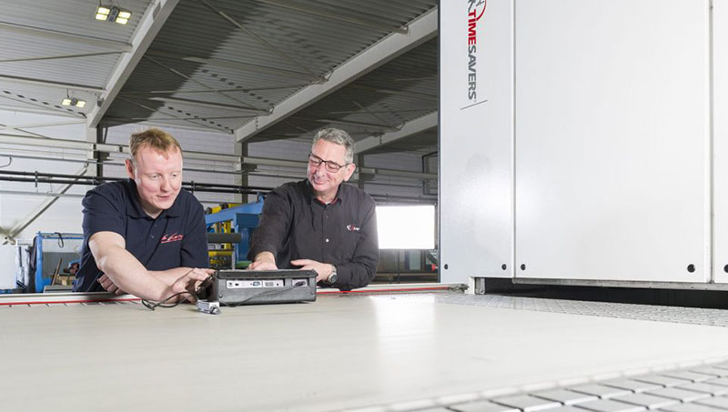 Machine en slijpkennis wordt continue uitgewisseld door de specialisten van Timesavers en Van Geenen