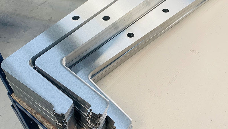 The stainless steel balusters are machine ground on both sides, the cutting edge is neatly ground manually.