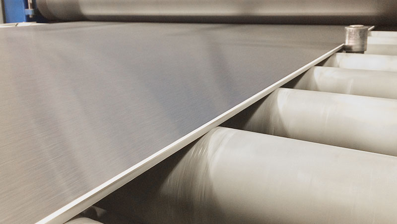 A polished stainless steel plate, a fine finish, grain 600.